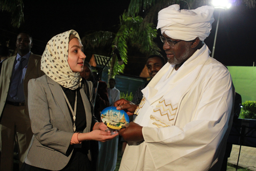 "Adelya Faizullina, a representative of the ""Solidarnost"" foundation in Tatarstan, presents Vice President of Sudan Ali Osman Mohammed Taha with a souvenir depicting the Qolsharif Mosque in Kazan"